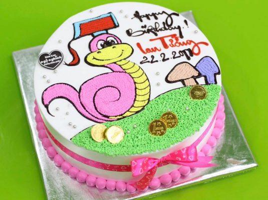 Đặt bánh kem hình con rắn